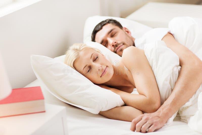Coppie felici che dormono a letto a casa immagine stock libera da diritti