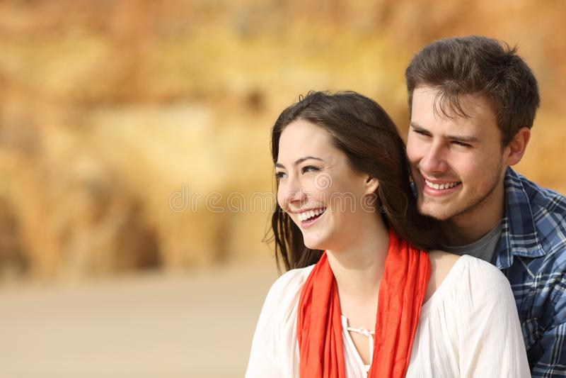 Coppie felici che esaminano lato all'aperto immagini stock libere da diritti