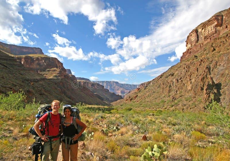Coppie felici che fanno un'escursione il grande canyon fotografie stock libere da diritti