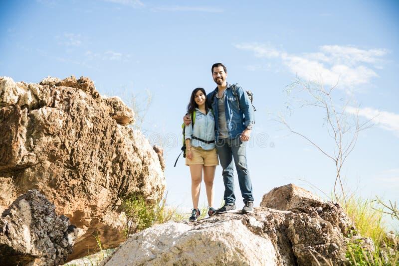 Coppie felici che fanno un'escursione su un parco immagine stock