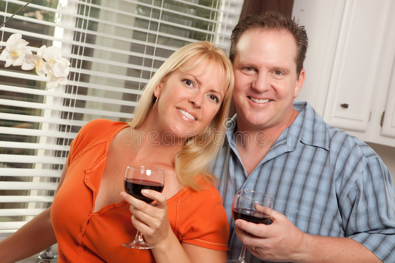 Coppie felici che godono del vino immagine stock libera da diritti