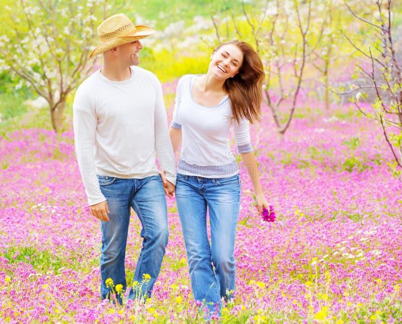 Coppie felici che godono della natura immagini stock libere da diritti