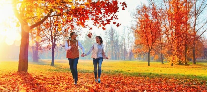 Coppie felici che godono della stagione di caduta immagini stock libere da diritti