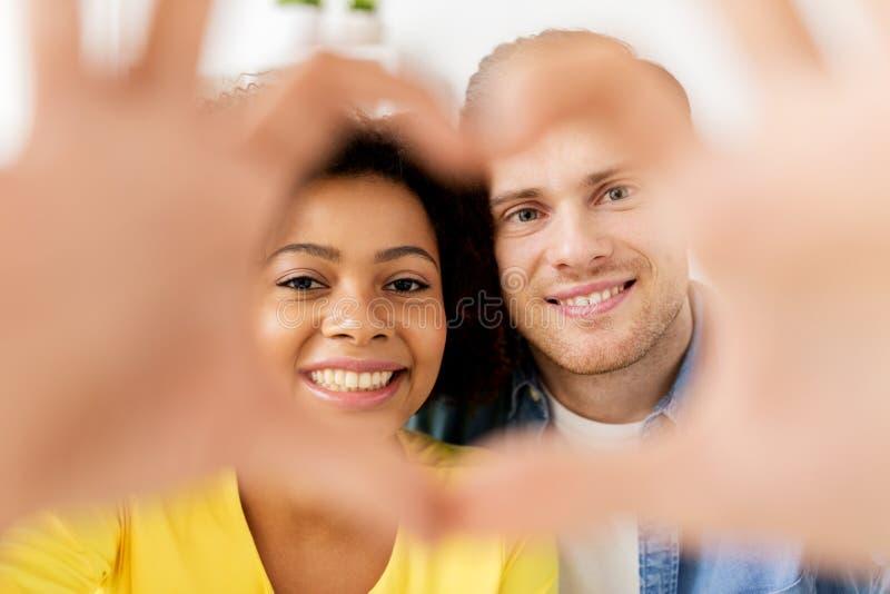 Coppie felici che guardano con la forma del cuore fotografia stock libera da diritti
