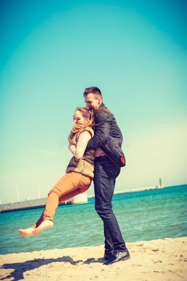 Coppie felici che hanno data sulla spiaggia fotografia stock