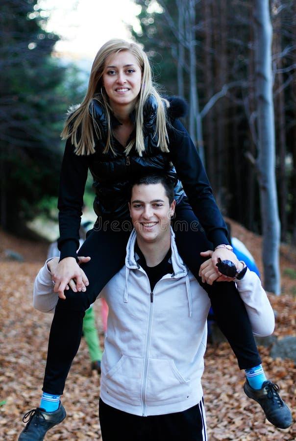 Coppie felici che hanno divertimento fotografia stock