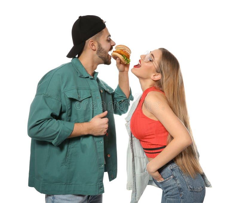 Coppie felici che mangiano hamburger immagine stock libera da diritti