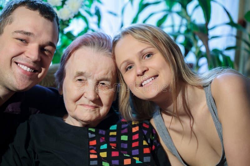 Coppie felici che posano con la nonna fotografia stock libera da diritti