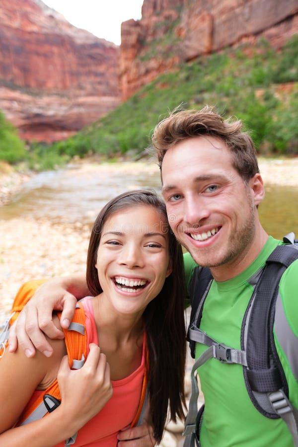 Coppie felici che prendono escursione della foto del selfie fotografie stock