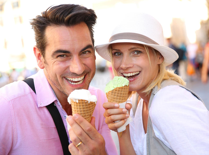 Coppie felici che rinfrescano con il gelato il giorno soleggiato immagini stock