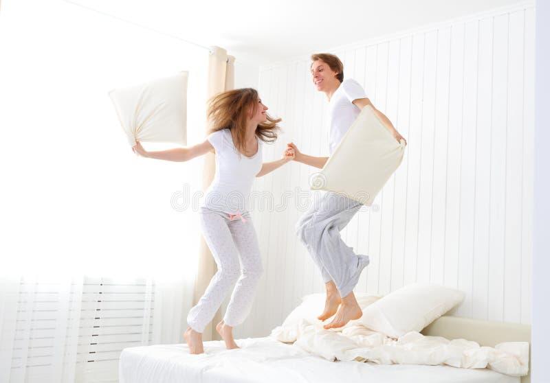 Coppie felici che saltano e che si divertono a letto fotografia stock immagine 66042361 - Letto che si chiude ...