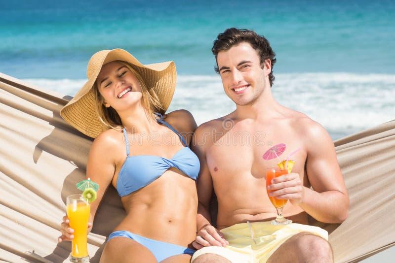 Coppie felici che si rilassano sull'amaca immagini stock libere da diritti
