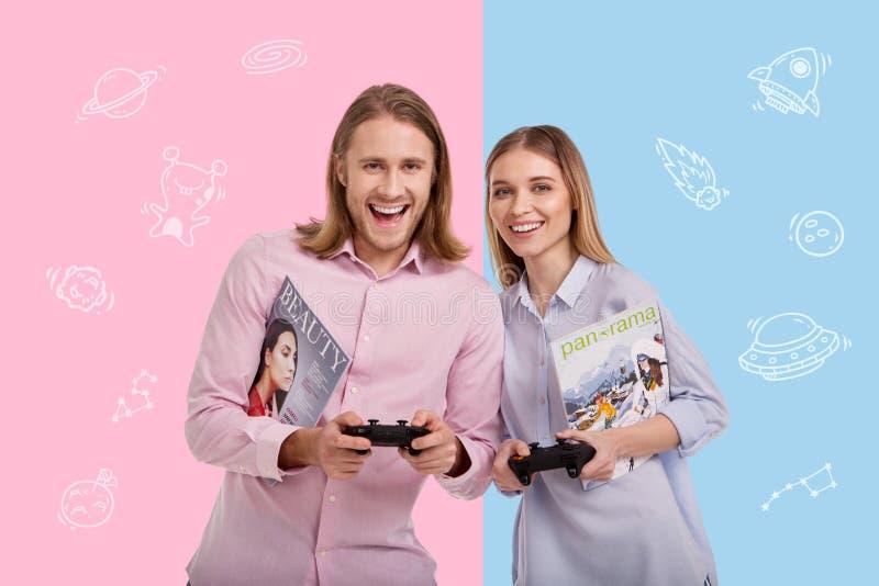 Coppie felici che sorridono insieme e che giocano i video giochi fotografie stock