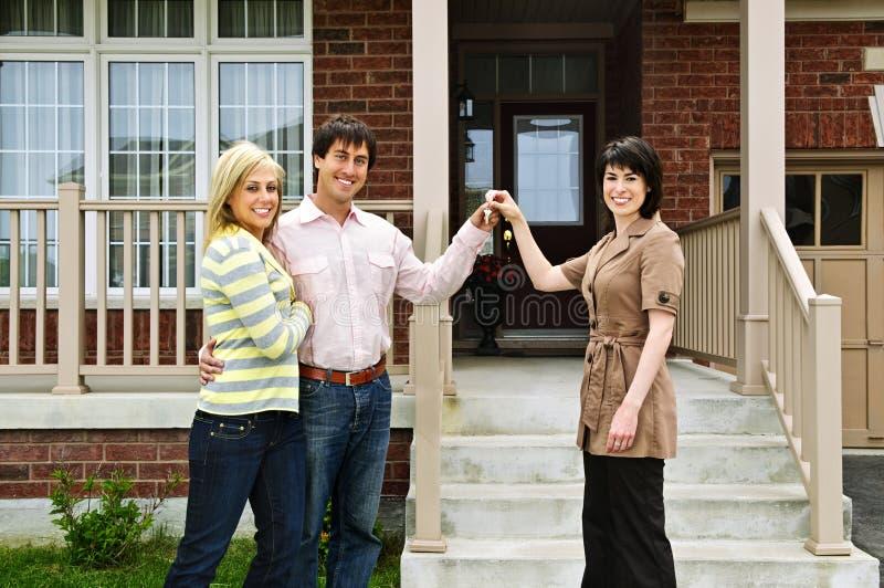 Coppie felici con l'agente immobiliare immagine stock libera da diritti