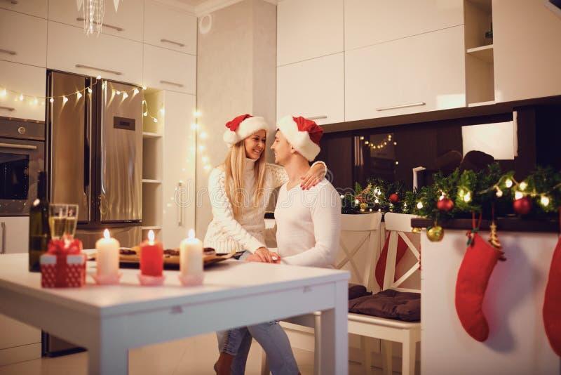 Coppie felici con le stelle filante a casa per il Natale fotografie stock libere da diritti