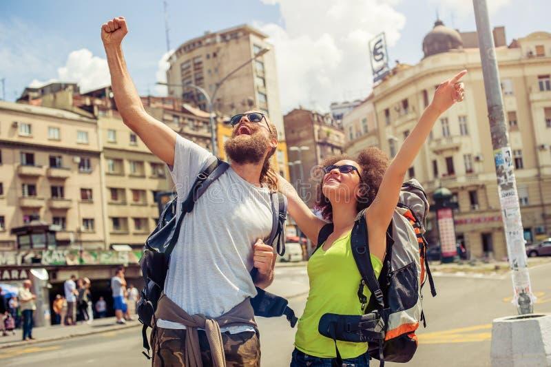 Coppie felici dei turisti che godono del loro viaggio fotografia stock