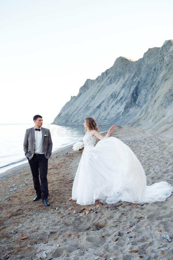 Coppie felici del newlywed Bei sposa e sposo in un vestito fotografia stock