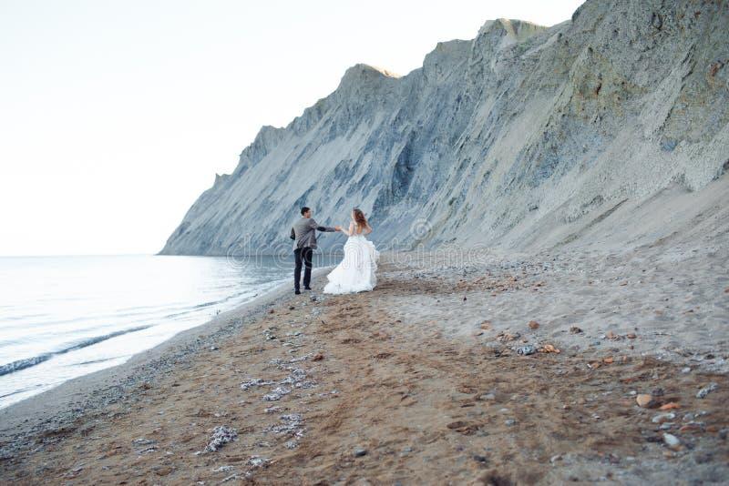 Coppie felici del newlywed Bei sposa e sposo in un vestito fotografie stock
