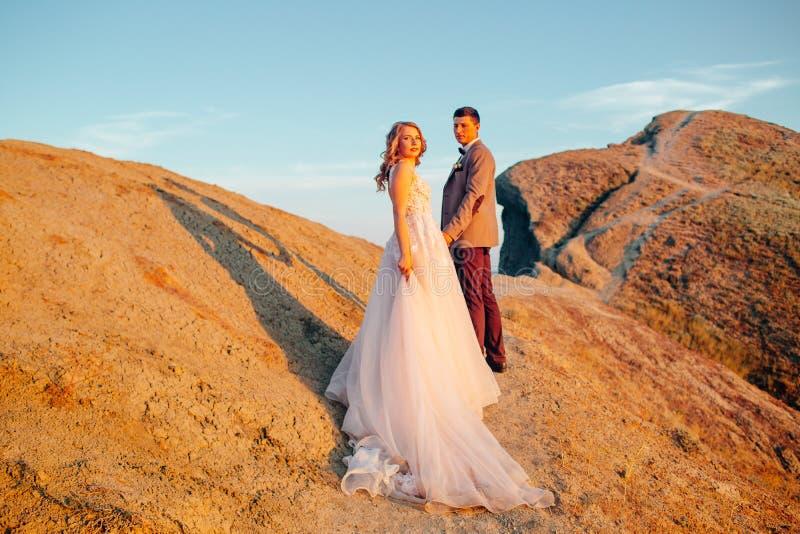 Coppie felici del newlywed Bei sposa e sposo in un vestito fotografie stock libere da diritti