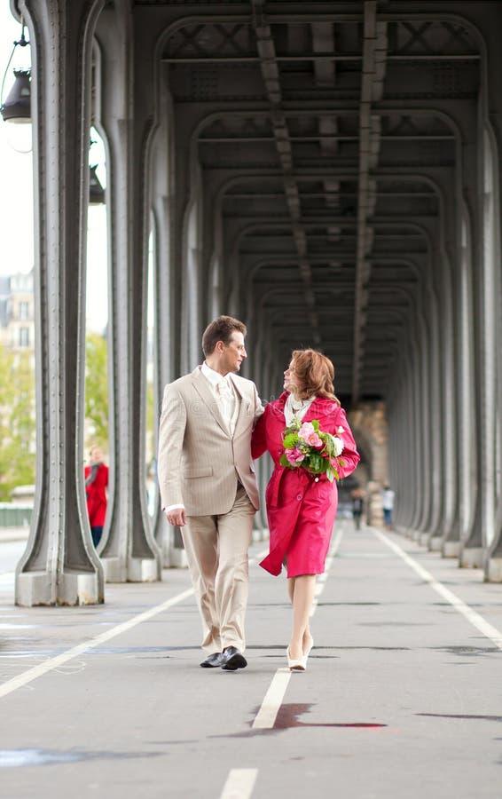 Coppie felici del newlywed che camminano insieme immagini stock
