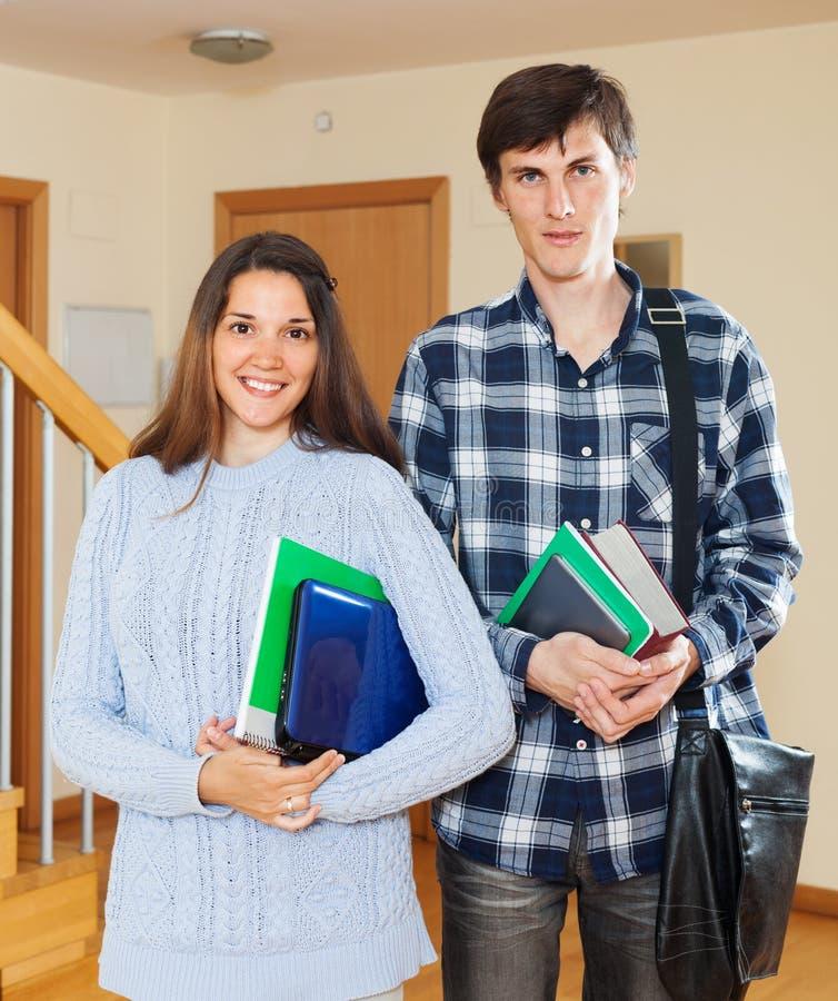Download Coppie Felici Dello Studente Fotografia Stock - Immagine di università, people: 56893548