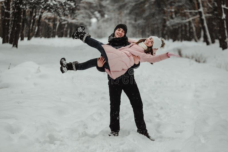 Coppie felici di corsa di inverno fotografia stock libera da diritti
