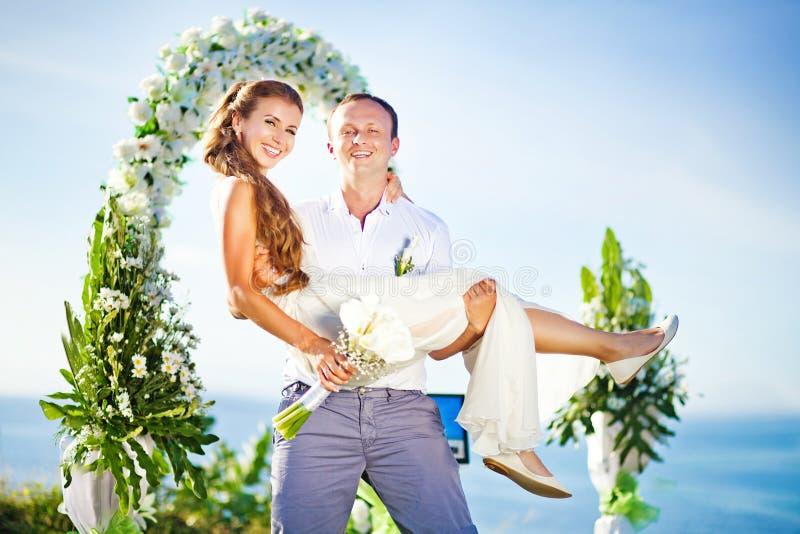 Coppie felici di nozze fotografia stock