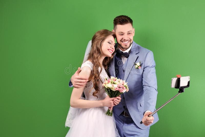Coppie felici di nozze che prendono selfie fotografia stock