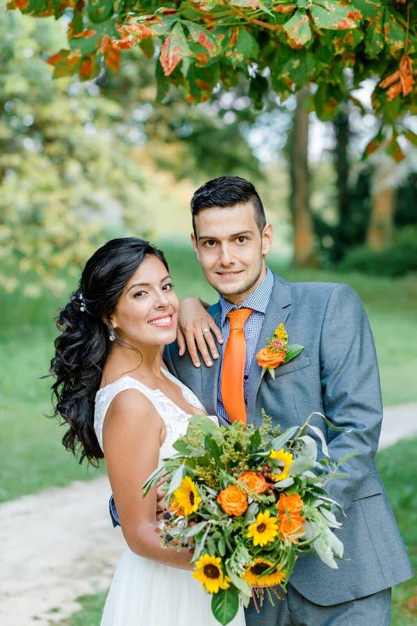 Coppie felici di nozze del ritratto nel parco fotografia stock libera da diritti