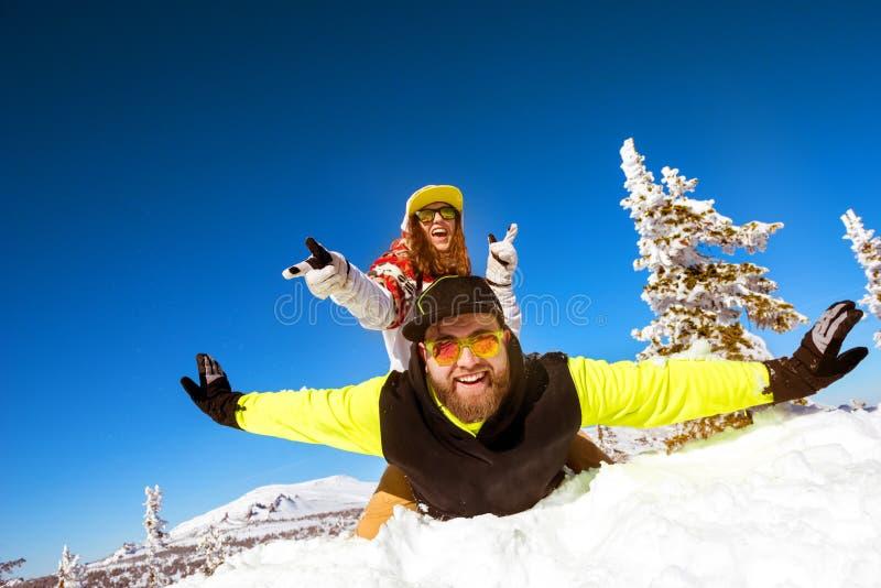 Coppie felici divertendosi vacanza invernale fotografie stock libere da diritti