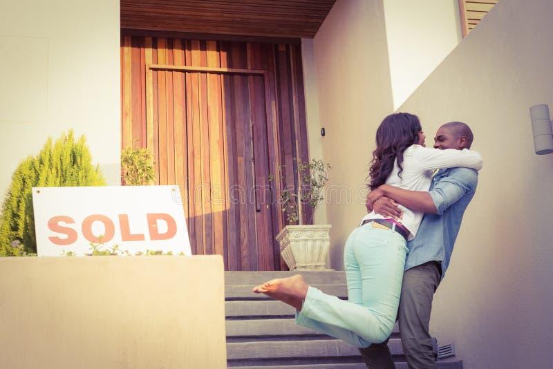 Coppie felici dopo l'acquisto della casa nuova fotografia stock