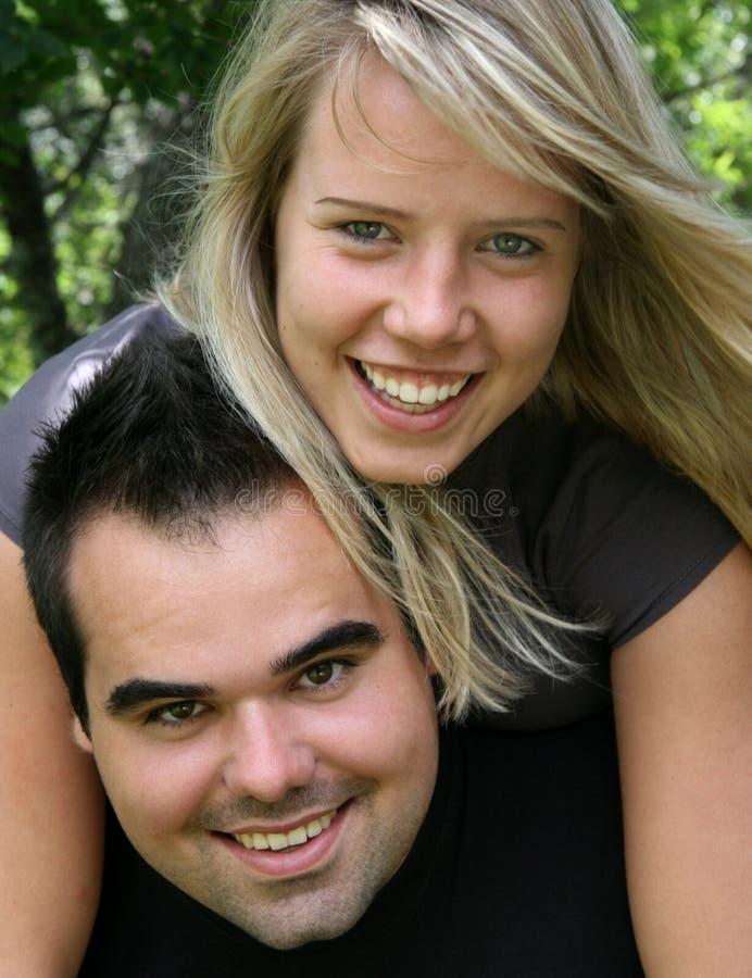 Coppie felici e giovani fotografia stock