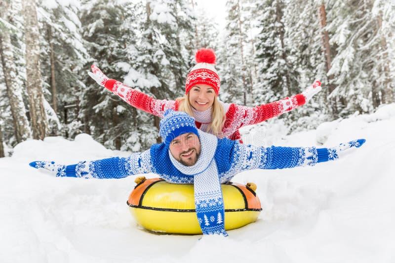 Coppie felici esterne in inverno fotografia stock