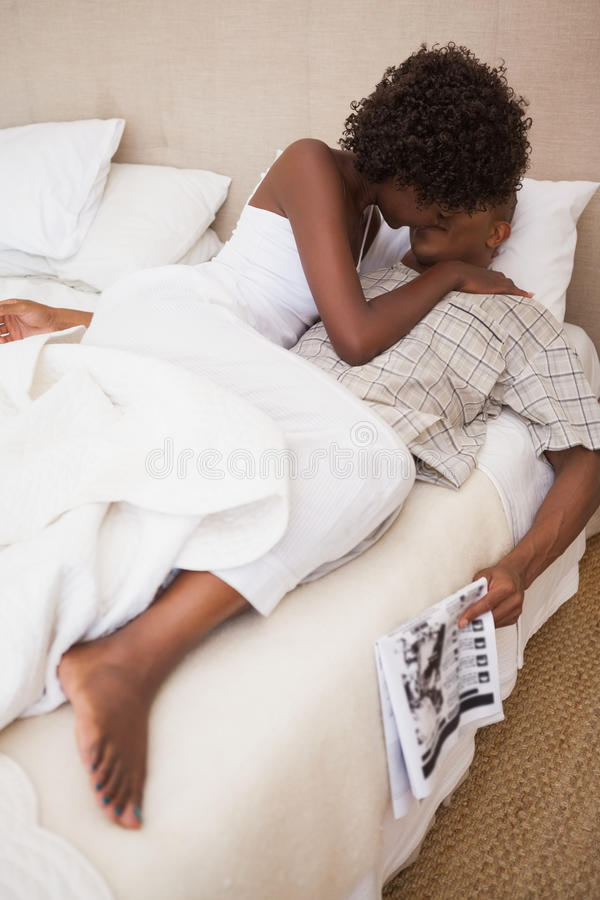 Coppie felici a letto insieme fotografie stock libere da diritti