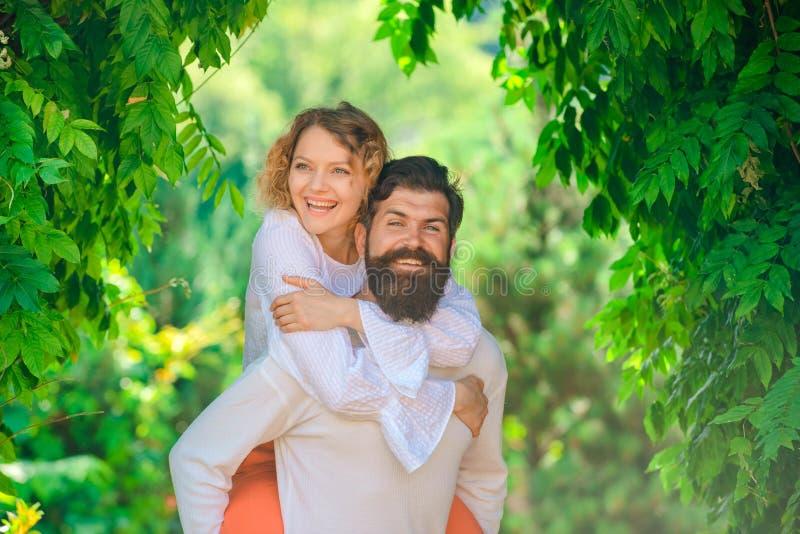 Coppie felici nel divertiresi di amore Concetto di seduzione Godere del momento piacevole caldo tenero di amore Ti amo retro fotografia stock