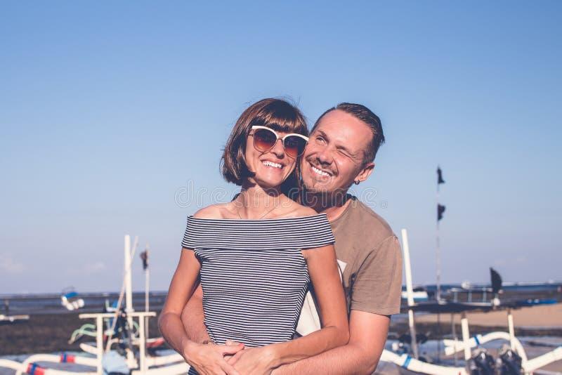 Coppie felici nell'amore sulle vacanze estive della spiaggia Sialnd tropicale Bali, Indonesia fotografia stock