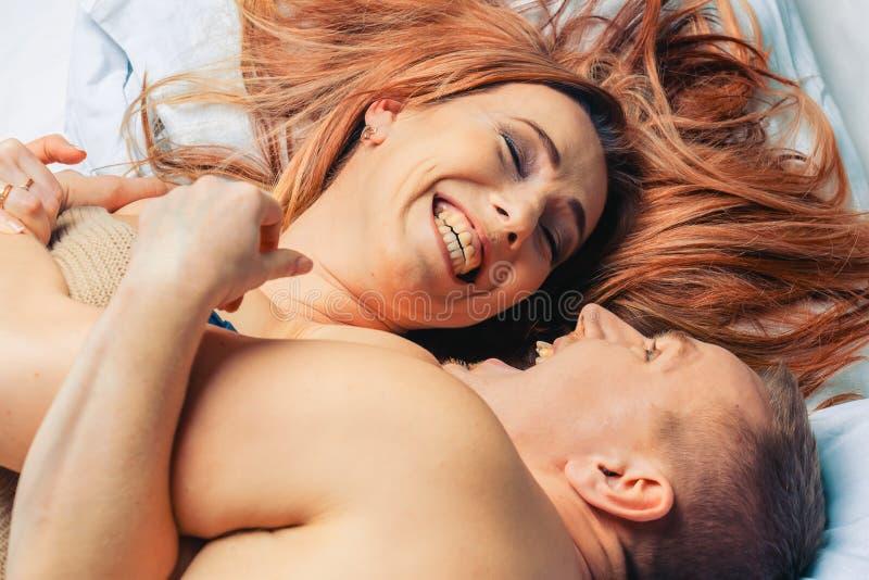 Coppie felici nella camera da letto fotografia stock