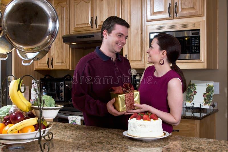 Coppie felici nella cucina - orizzontale immagini stock