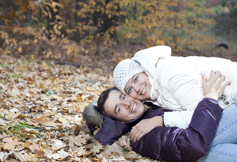 Coppie felici nella sosta di autunno immagine stock libera da diritti