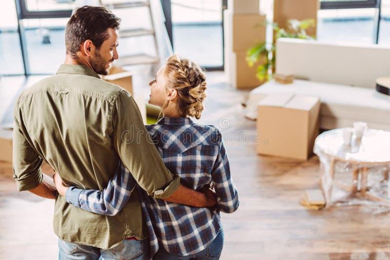 Coppie felici in nuova casa immagini stock libere da diritti