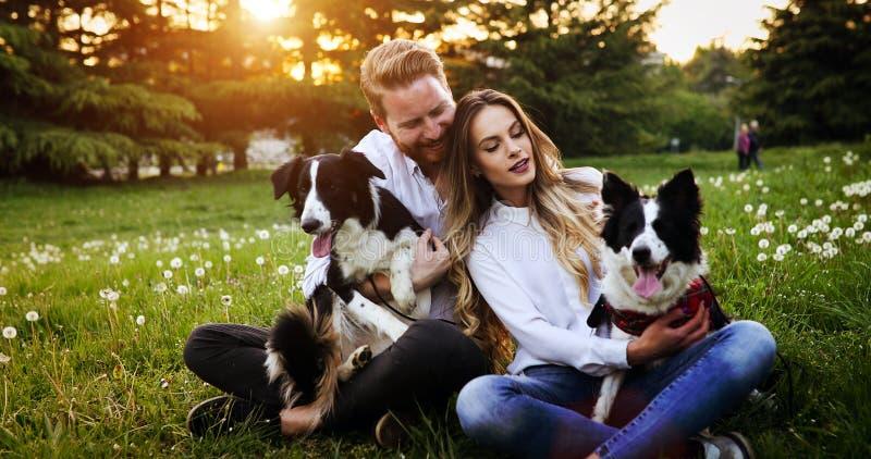 Coppie felici romantiche nell'amore che gode del loro tempo con gli animali domestici in natura fotografie stock