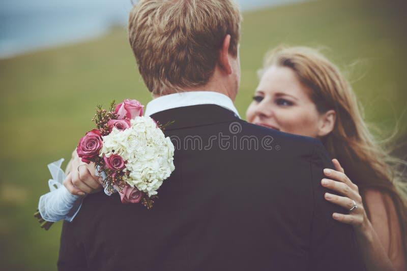 Coppie felici sposate appena fotografia stock