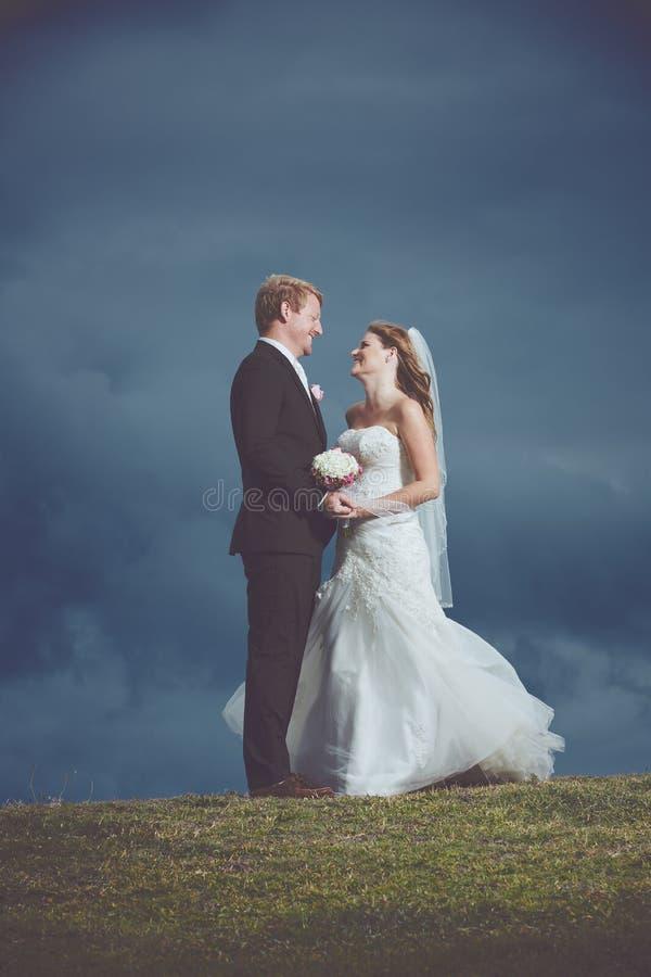 Coppie felici sposate appena immagine stock