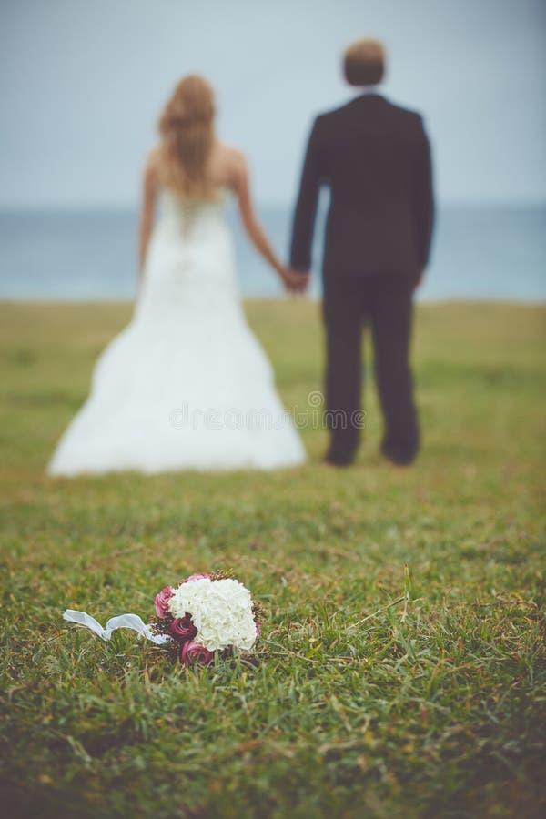 Coppie felici sposate appena fotografie stock libere da diritti