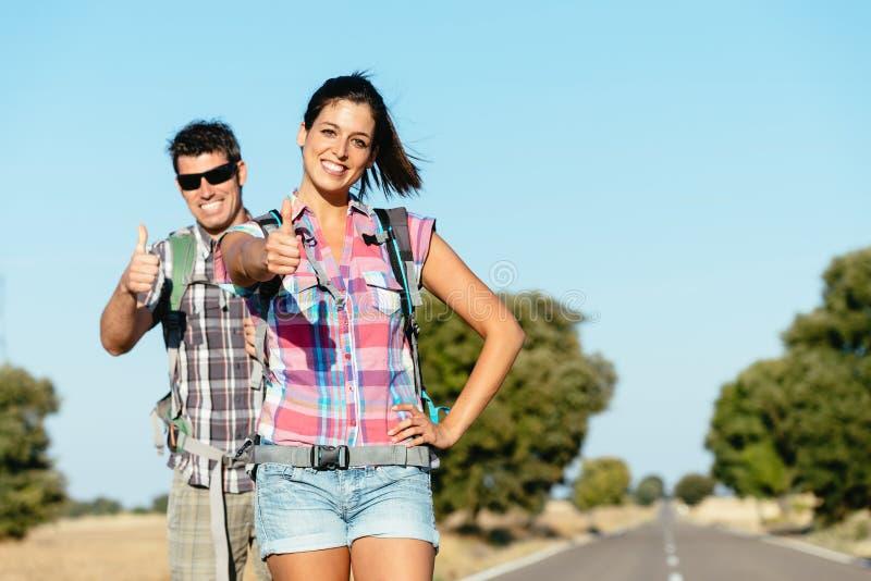 Coppie felici in strada che fa un'escursione vacanze estive fotografia stock