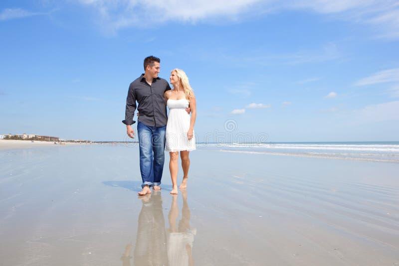 Coppie felici su una spiaggia. fotografie stock libere da diritti