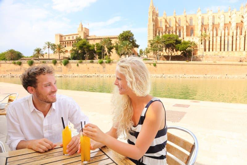 Coppie felici sul caffè su Mallorca fotografia stock