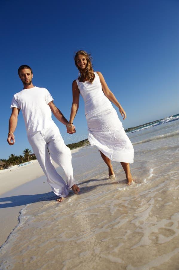 Coppie felici sulla spiaggia immagine stock libera da diritti