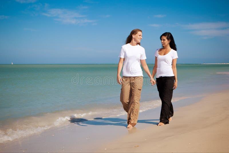 Coppie gaie alla spiaggia immagine stock