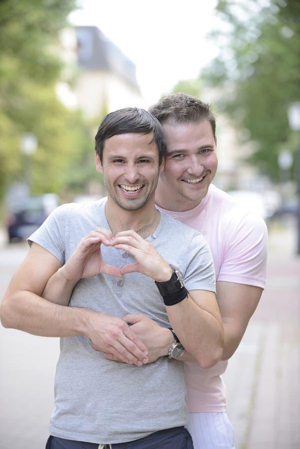 Coppie gaie felici all'aperto fotografia stock